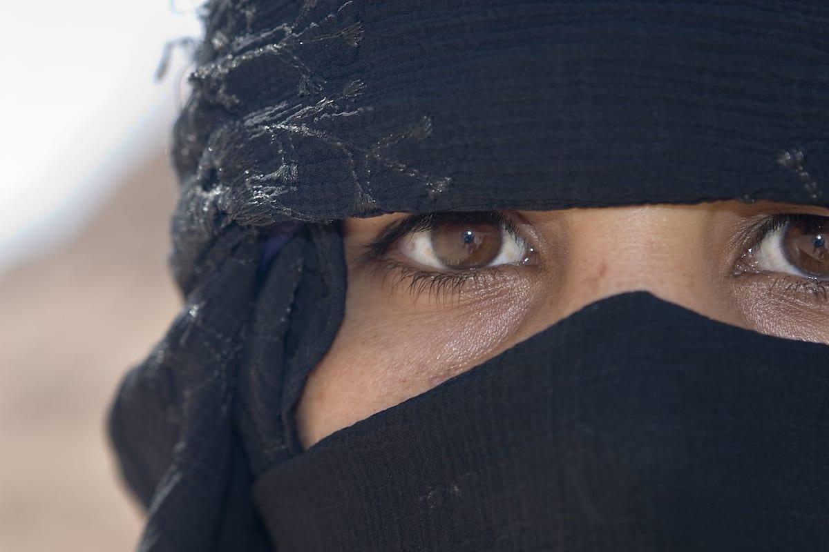 34369UNILAD-imageoptim-1280px-Flickr_-_DavidDennisPhotos.com_-_Woman_in_Desert_near_Sharm_el_Sheik